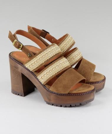Sandálias de Sola de Madeira com Tiras Rendadas
