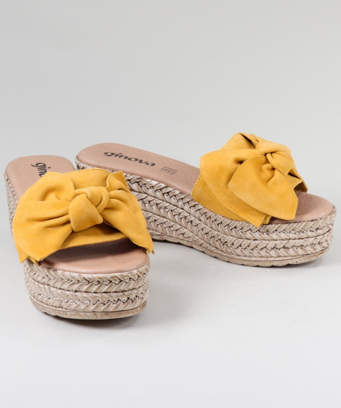 Chinelos Amarelos de Senhora em Cunha com Laço